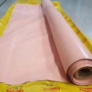 O lençol lamina rosa é de borracha natural em composto NR 1055, ao esticar a borracha se expande de tal forma que o efeito retorno não o danifica, suas principais características são o alto alongamento sem quebrar.