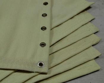 O tecido de aramida tem excelentes propriedades para resistir à altas temperaturas em uso contínuo ou intermitente e controlado entre 280 e 450 graus. O tecido de aramida é utilizado para fazer mantas de proteção contra fagulhas e respingos de solda.