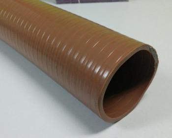 A mangueira Kanaflex flexível KO tem a bitola interna de 19 a 156 milímetros e usa abraçadeira para fixação. O espiral é na coloração cinza, o que dá destaque ao item.