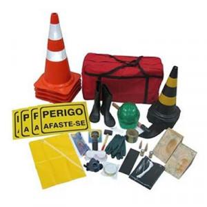O Kit de emergência NBR 9735 é para segurança e proteção do transporte de produtos perigosos, onde haja vazamento com produtos inflamável, corrosivo ou químico regulamentado pela ONU e identificado por símbolos e números. Não importa qual seja o produto transportado se ele é de baixa ou alta concentração com o kit muitos prejuízos podem ser evitados. O kit de emergência NBR 9735 é para segurança e proteção do transporte de produtos perigosos, que haja vazamento com produtos inflamáveis, corrosivos ou químicos. Este é regulamentado pela ONU e identificado por símbolos e números.