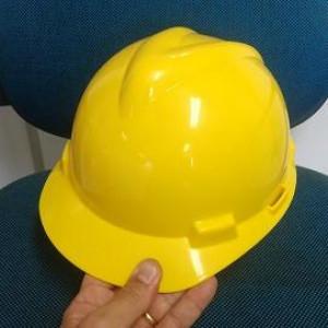 O capacete MSA é feito de plástico, uma matéria-prima forte, produzido com a finalidade de resistir e proteger os profissionais de acidentes de objetos em direção à cabeça.