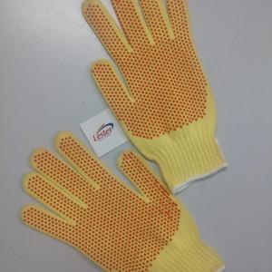 A luva de kevlar é a parte que sofre o contato direto de objetos com temperatura para vulcanização, resfriamento controlado em reservatórios e tanques.