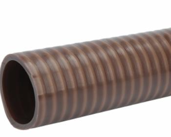 A mangueira Kanaflex flexível KFA conta com um espiral marrom petróleo e antiestático e é confeccionada em PVC flexível para fazer a função do raio de curvatura menor. O PVC faz com que o formato não ceda quando aplicado no vácuo.