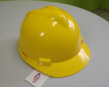 O capacete MSA amarelo é visível de longe em lugares com pouca iluminação. Este é posto à prova de impactos, fixa melhor na cabeça em virtude da fita costurada com medida padrão e regulagem para fino ajuste.