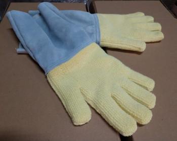 A luva de Kevlar para alta temperatura tem punho de raspa, é confeccionada em peça uniforme, possui fio aramida e protege os trabalhadores do setor da fundição no processo de têmpera de vidro, cerâmica e fornos, por exemplo.