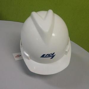 O capacete MSA branco tem aba frontal e carneira com catraca. Ainda, o produto é feito de polietileno de alta densidade para resistir impactos e prevenir acidentes.