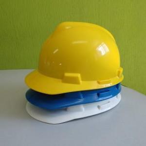 O fabricante MSA tem preço e qualidade em Diadema para o capacete msa v gard, entregas e disponibilidade em estoque é aqui no maior distribuidor MSA !!!  Capacete msa v gard de segurança tem certificado ?  Os capacetes de segurança msa v gard estão sim de acordo com as exigências da norma Brasileira ABNT NBR 8221/2003 conforme a seguinte classificação: C.A 365 é para; capacete de segurança tipo 1 aba total classe B  C.A 365 é para capacete de segurança tipo 1 aba total classe A quando c/ o Kit mineiro; C.A 498 é para capacete de segurança tipo 2 aba frontal classe B; C.A 8304 é para capacete de segurança tipo 2 aba frontal classe A c/ acessórios e kit m; C.A 19727 é para capacete de segurança tipo 3 sem aba classe B.  Informações importantes para o uso do capacete msa v gard.  As informações descritas devem ser lidas e entendidas pelo o usuário do capacete de segurança. O capacete não vem montado com a suspensão para prevenir distorções durante o transporte. Certifique-se de encaixar corretamente os quatro pontos da suspensão antes de usá-lo.  Instrução de ajuste e utilização. 01- abra o ajuste da correia para a nuca para maior tamanho da cabeça apertando a trava da catraca através das flechas. Segure a parte telescópica da tira para a nuca e deslize-a para a posição de abertura máxima. A suspensão Staz-on fikafirm cobre o seguinte tamanho de cabeça: 6 1/2
