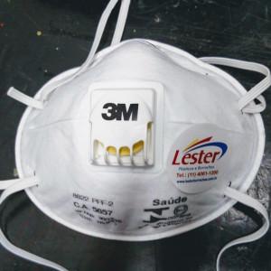 A máscara descartável é um Epi para ser utilizado na filtração de diversas impurezas suspensas no ar, usando a máscara descartável o risco diminuem consideravelmente por se tratar de uma barreira de três camadas de lâminas de poliéster e fibras.