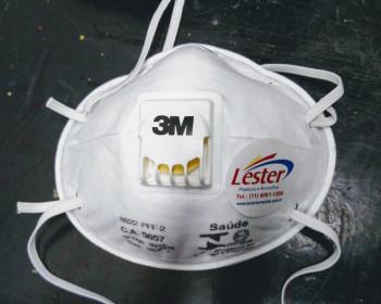 A máscara descartável é um EPI utilizado na filtração de diversas impurezas suspensas no ar. Ao aplicar a máscara descartável, os riscos diminuem consideravelmente por se tratar de uma barreira de três camadas de lâminas de poliéster e fibras.